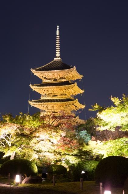 画像の配置です。 京都の東寺・五重塔のライトアップ写真です。