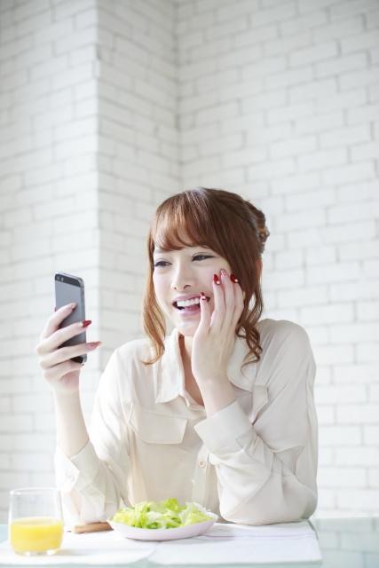 画像の配置 女性がスマホ操作している写真