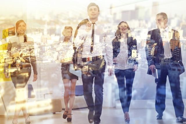 画像の配置 外国人が歩いている写真
