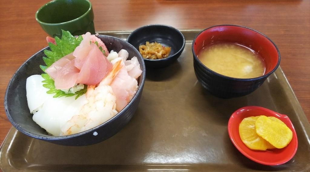 大遠会館まぐろレストランの海鮮丼定食の写真