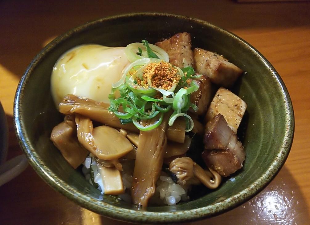 花紋のディナーセットについてきたミニ温玉チャーシューメンマ丼