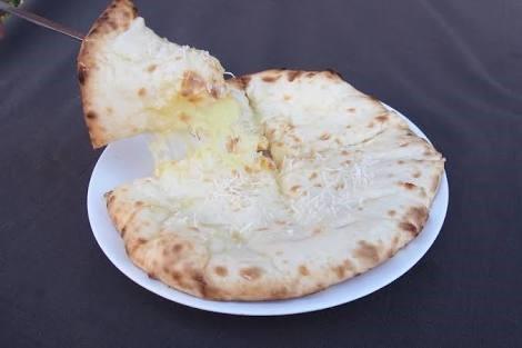 カラカッタ伊賀上野店のチーズナン写真