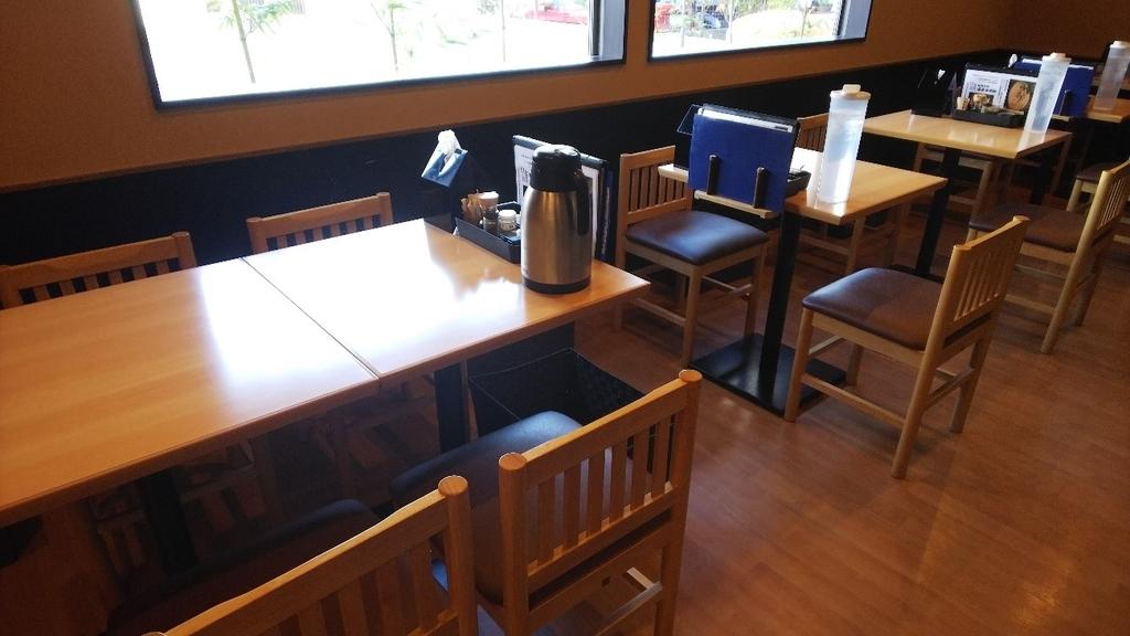 濃厚鶏SOBA 麺 THE KUROの内観、テーブル席の写真
