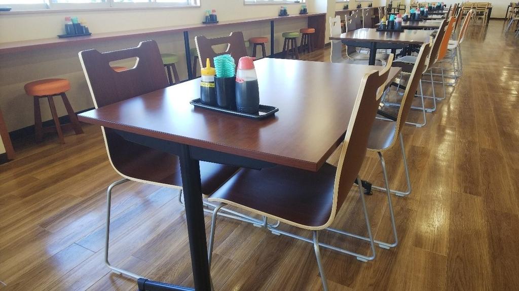 大遠会館まぐろレストランのテーブル席