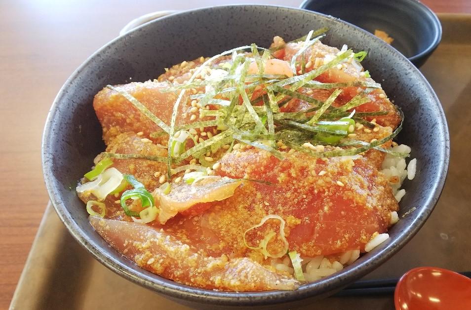 大遠会館まぐろレストランの漁師丼をアップにした写真