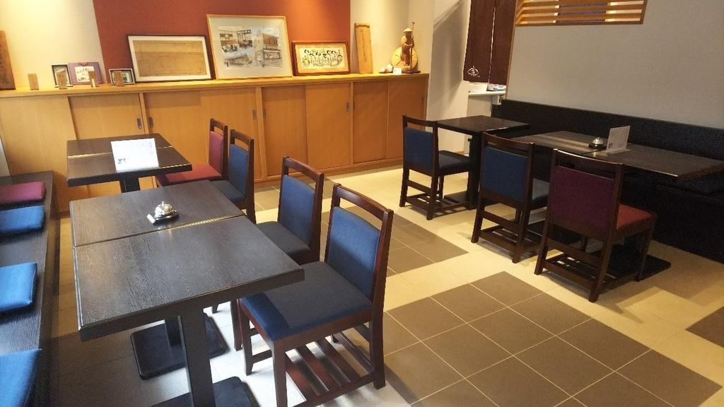 三重県津市大門の平治煎餅本店の喫茶スペース