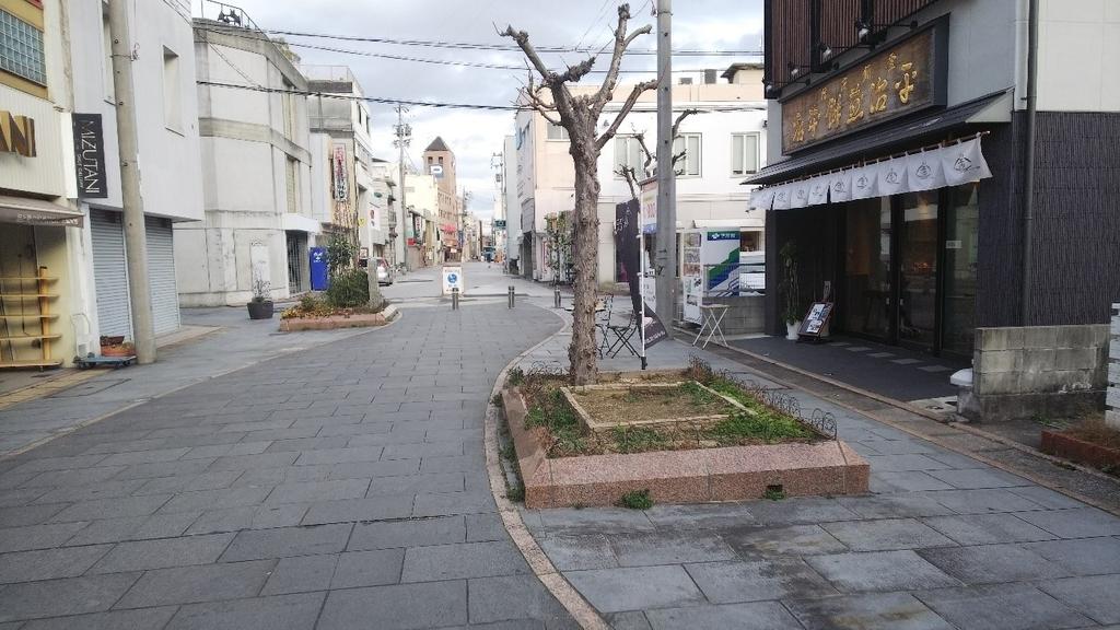 三重県津市大門の平治煎餅本店の前の通り