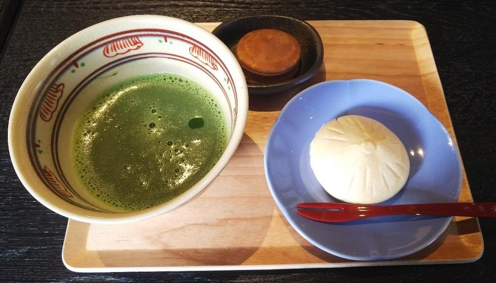 平治煎餅本店の平治煎餅と平治最中と抹茶の写真