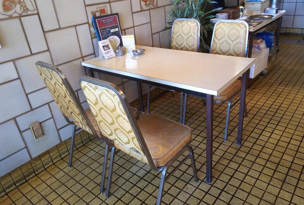 喫茶マスミのテーブル席写真