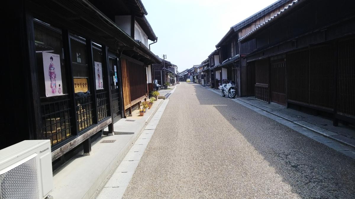深川屋本店が店を構える関宿の通りの写真