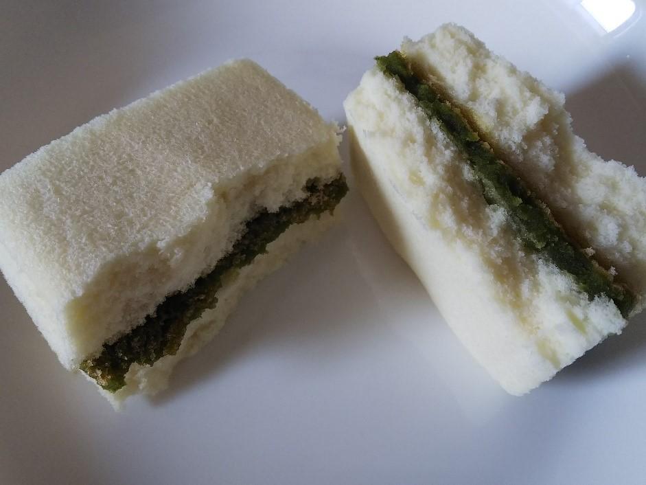 端宝軒で購入した亀山茶とうふけーきの断面写真