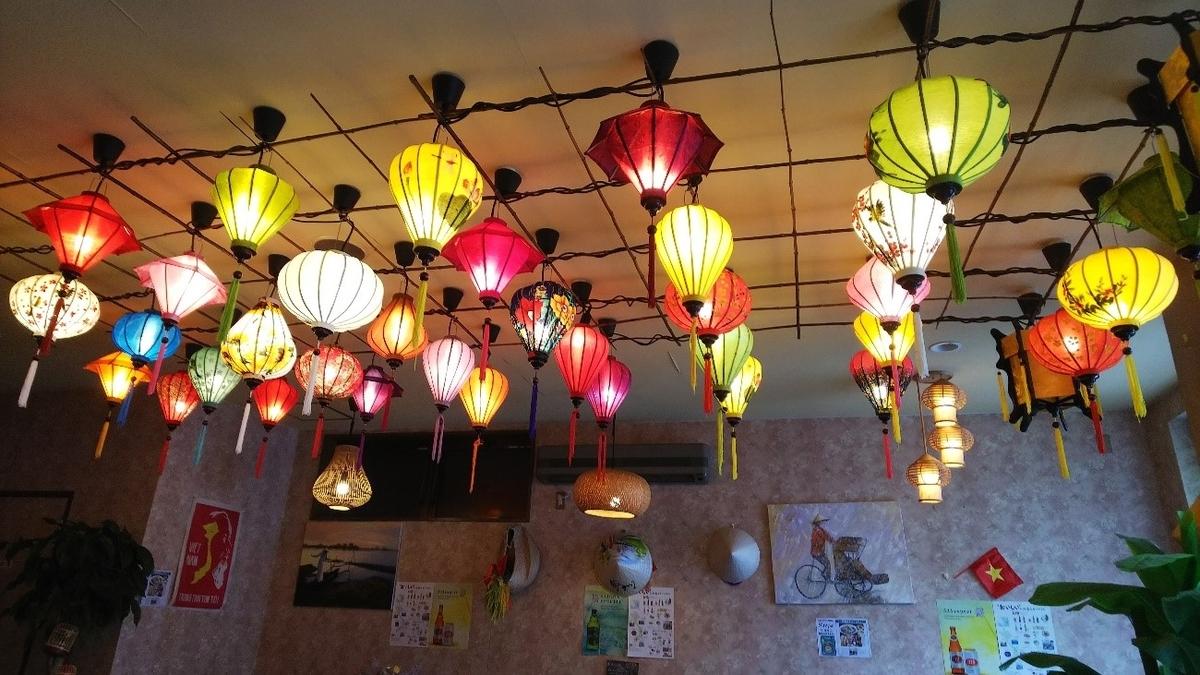PHO CO SAI HAI GON(フォーコハイサイゴン)の店内につるされた提灯の写真