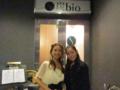 炭bioの入り口の前で、室谷真由美さん、村田美夏
