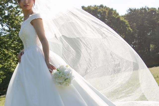 ウェディングドレス姿の女性