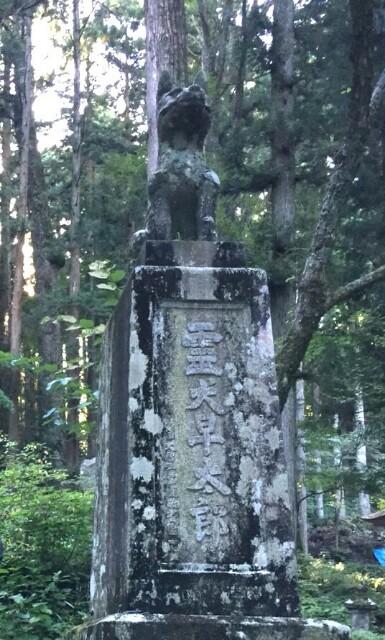 凛々しく座る「早太郎」の石の像