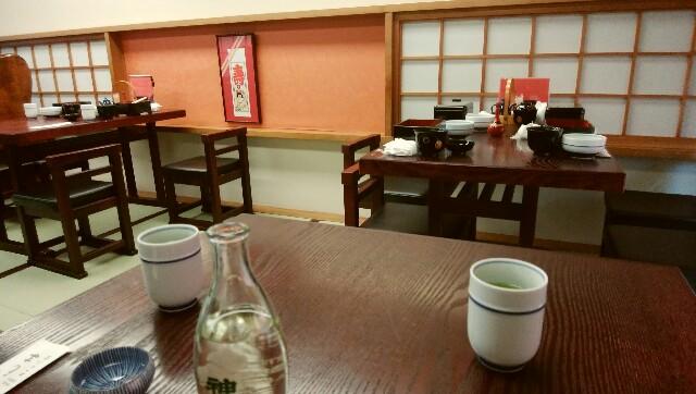 他の客が去った後に残る、食べ終わった器など。