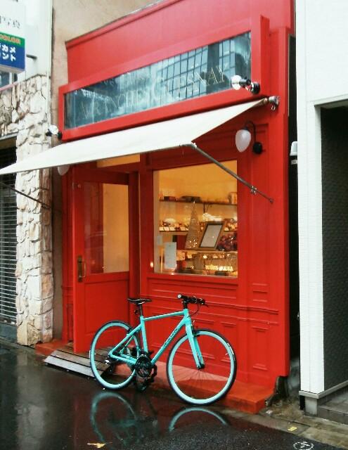 「アヴランシュ・ゲネー」の赤い色の店舗