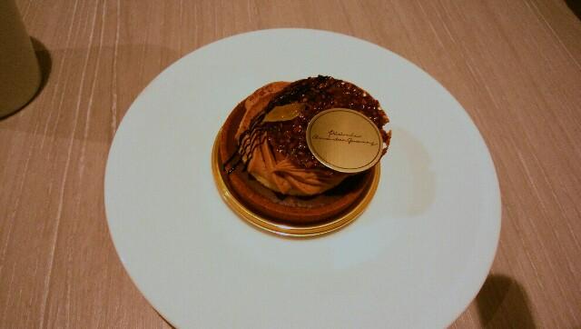 焦げ茶のチョコレート色の丸いケーキ