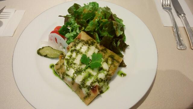 皿に盛られたそば粉のガレットとサラダ野菜