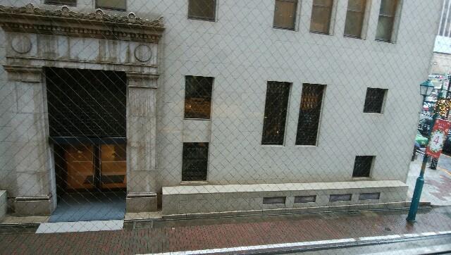窓越しに見える銀座和光の裏通りの出入口付近