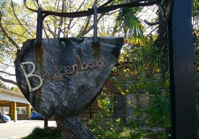 「バッケンバルト」の木でできたカジュアルな看板