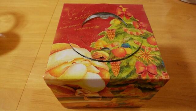 テーブルに置かれた「ムゥ」のクリスマスケーキの箱
