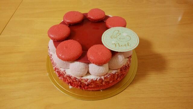 マカロンとクリームを使った、赤が目立つ可愛いケーキ