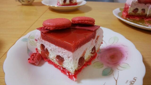 「ノエルオマージュ」4号サイズの四分の一にカットされたケーキ