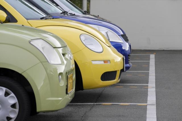 駐車場に数台の車が駐車されている。