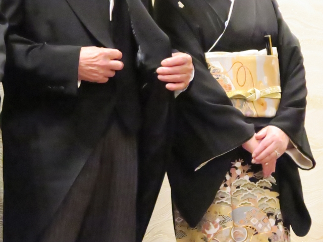 モーニングを着た男性と留袖を着た女性