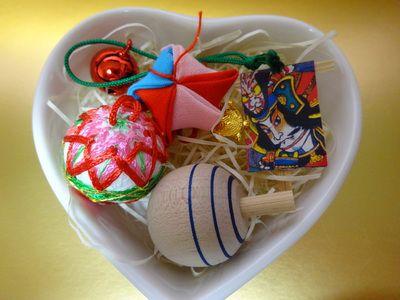 ハート型の小物入れに詰めたレトロなおもちゃ