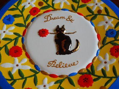 ハーティーブルーの缶に描かれている黒猫