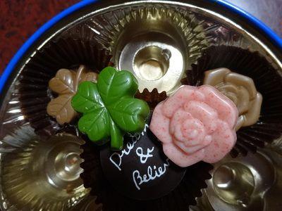 四つ葉のクローバーと薔薇の花のチョコレート