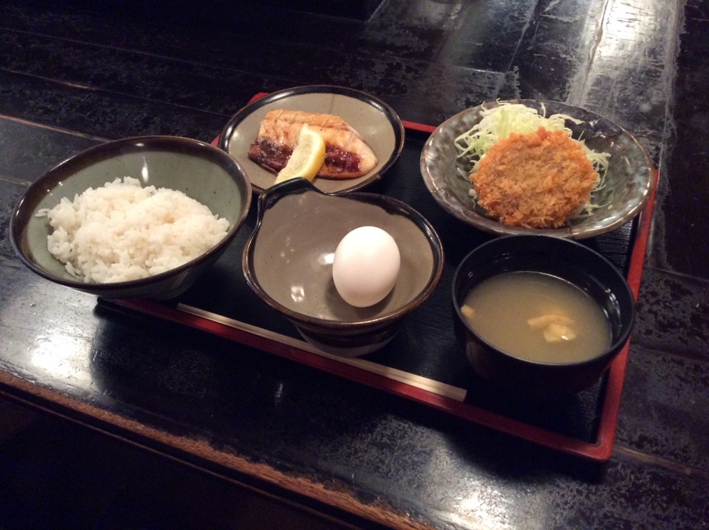 本日の日替わり定食は、鯖の塩焼きとメンチカツのセットです