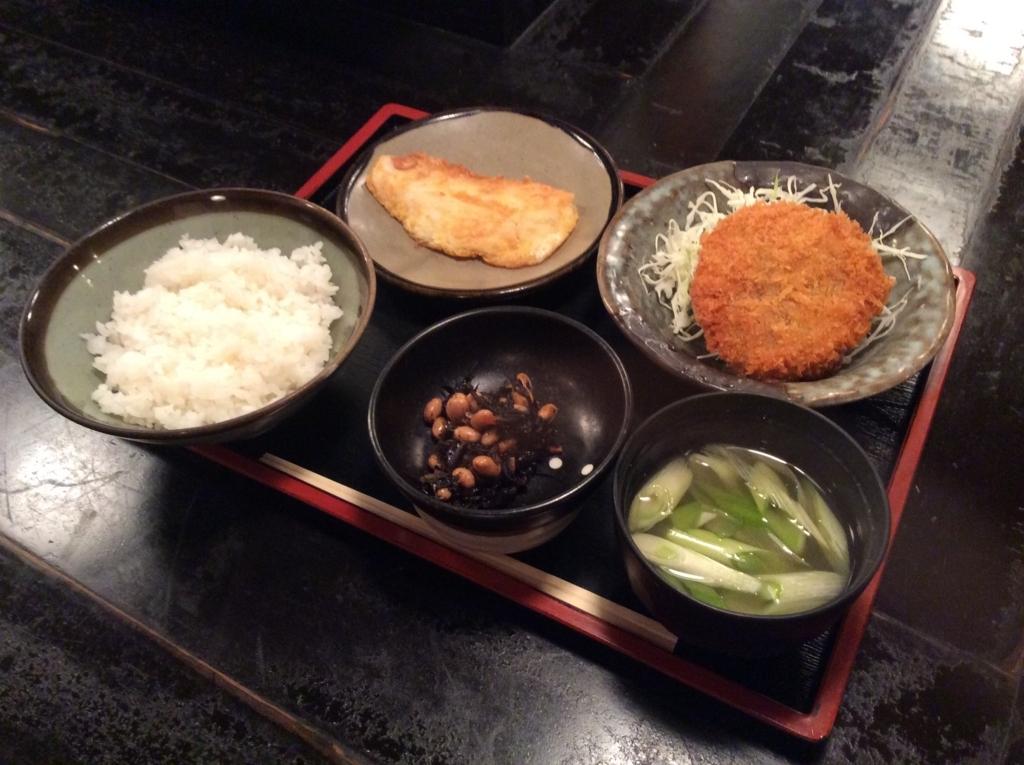 本日の日替わり定食は白身魚のピカタ(黄金焼き)とメンチカツのセットです