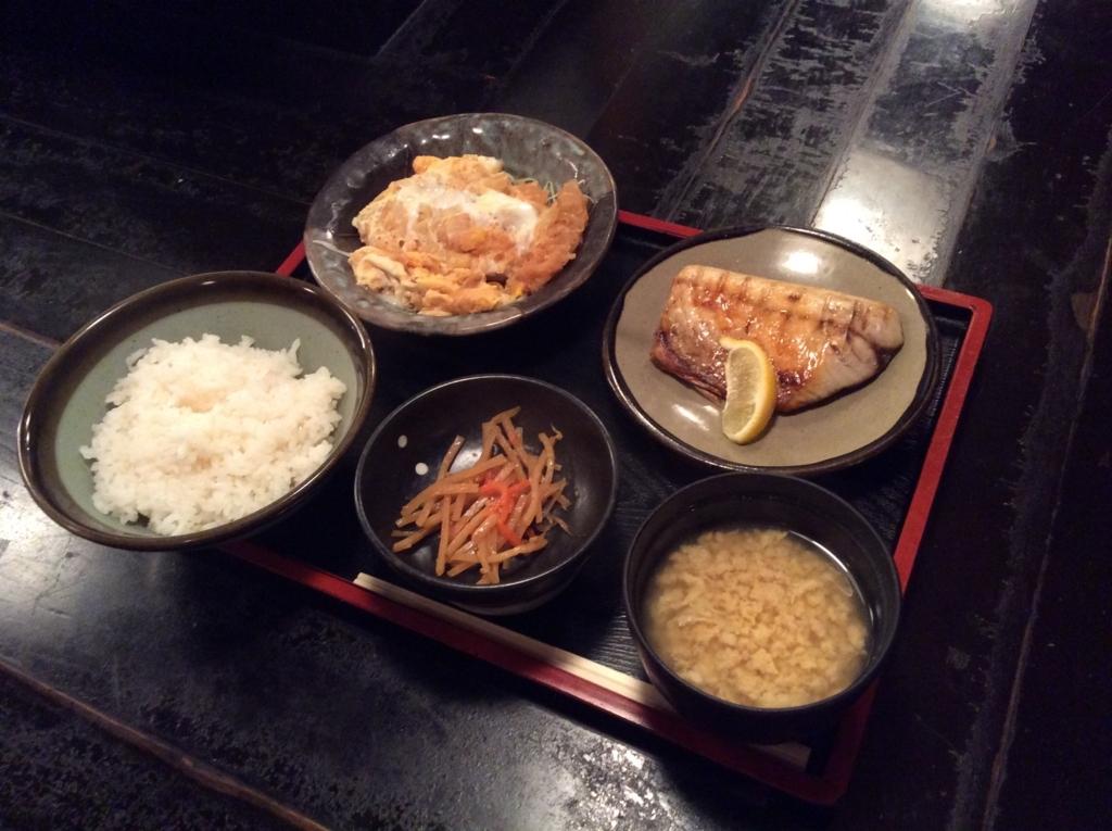 本日の日替わり定食はカツ煮と鯖の塩焼きのセットです