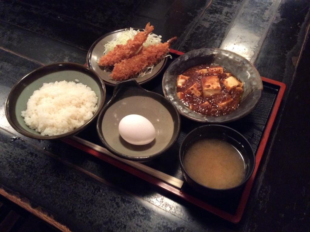 本日の日替わり定食は、エビフライと麻婆豆腐のセットです