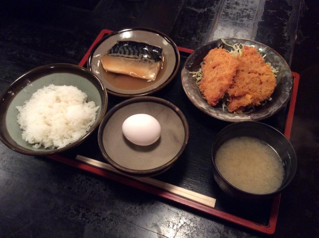 本日の日替わり定食は鯖の味噌煮とハムカツのセットです
