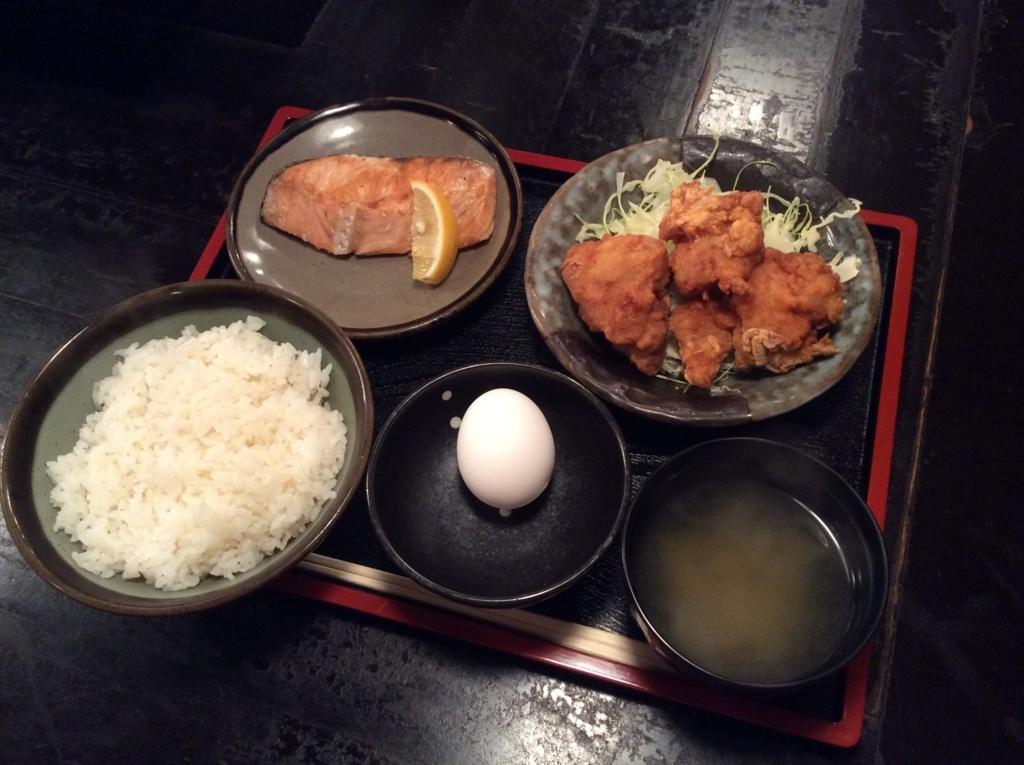 本日の日替わり定食は鮭の塩焼きととりの唐揚げのセットです