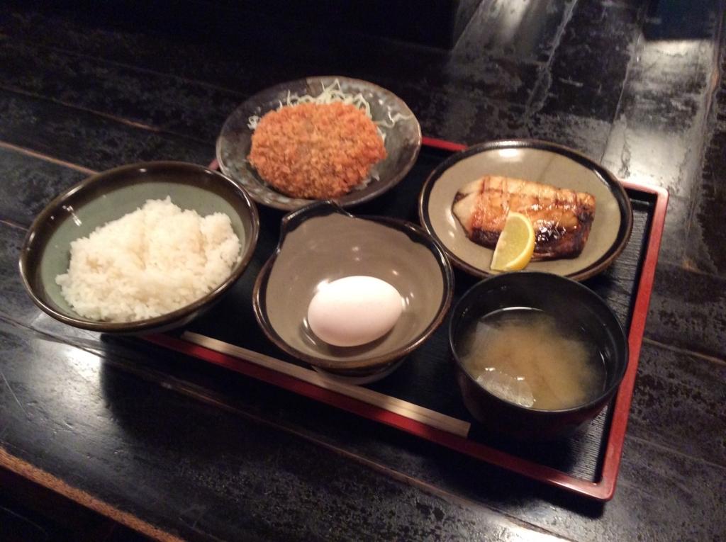 本日の日替わり定食は、メンチカツと鯖の塩焼きのセットです