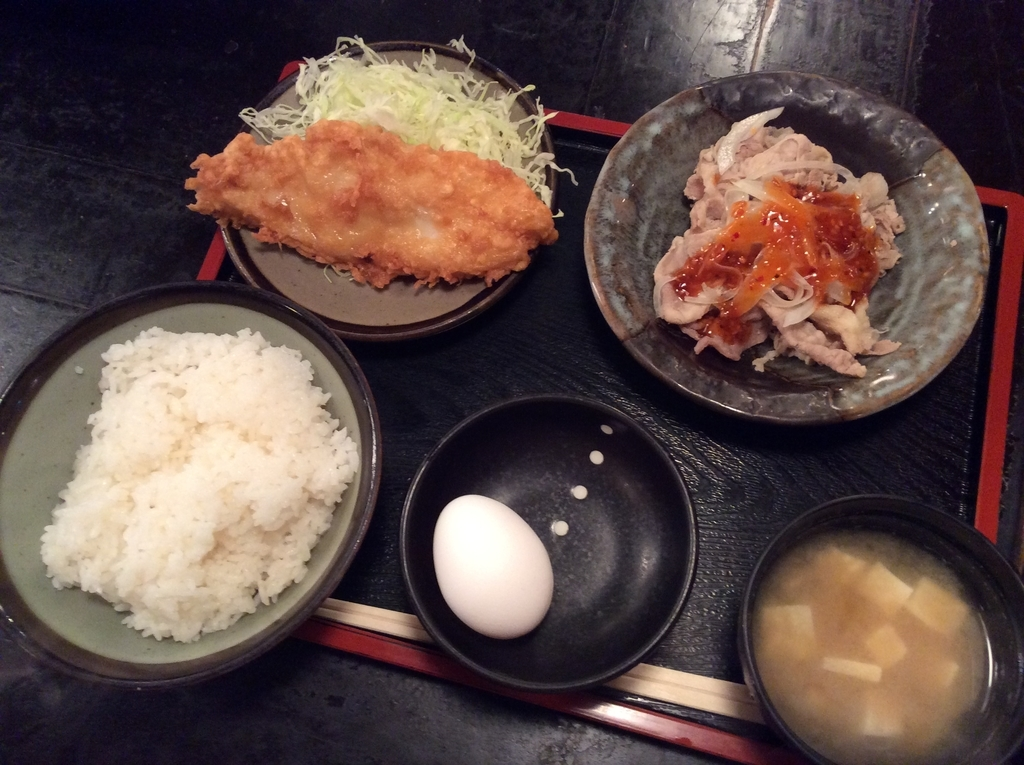 本日の日替わり定食は、白身魚の唐揚げと豚しゃぶのセットです