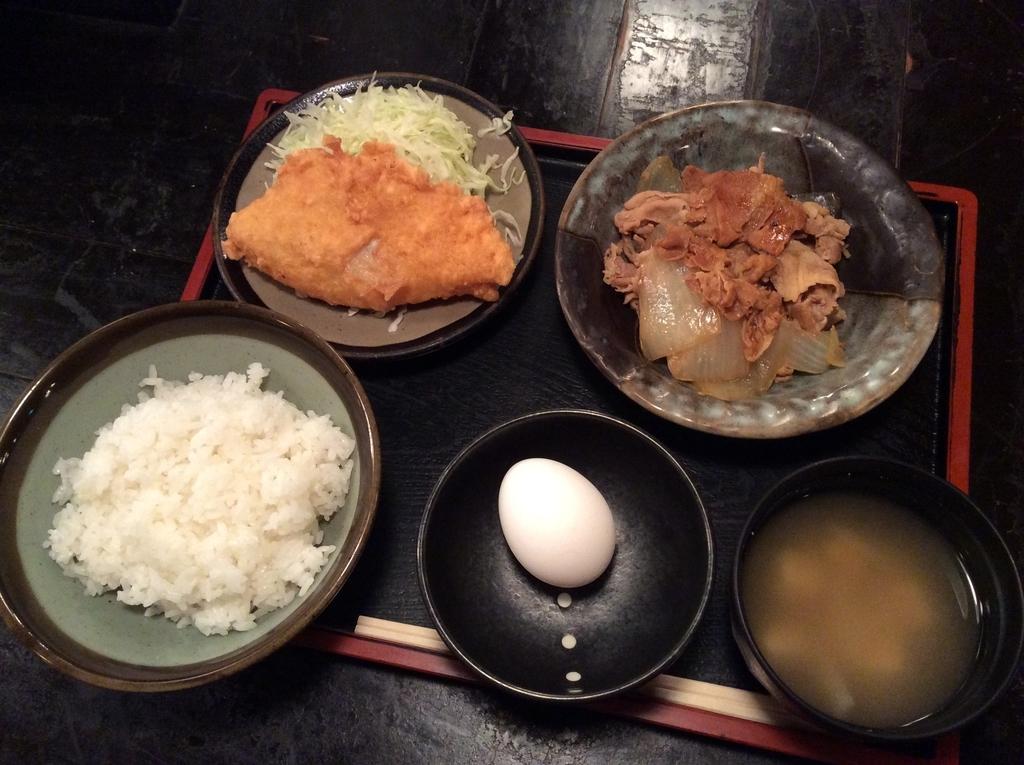 本日の日替わり定食は、白身魚の唐揚げと生姜焼きのセットです