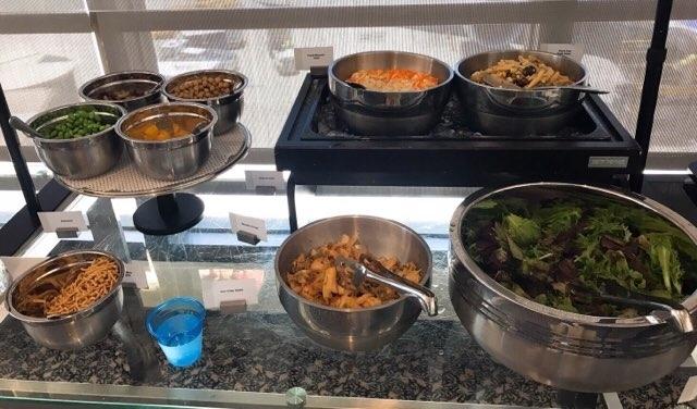 ホノルル空港のユナイテッド航空ラウンジの軽食