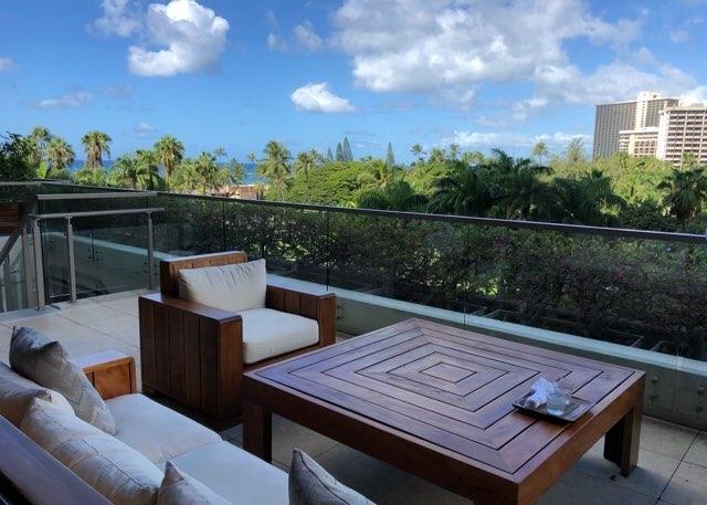 ハワイのトランプホテルのフロント横テラス