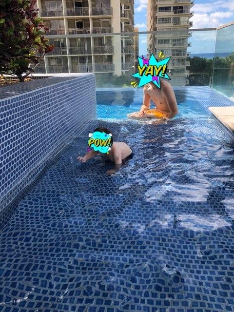 ハワイのトランプホテルのプールで赤ちゃんを遊ばせる