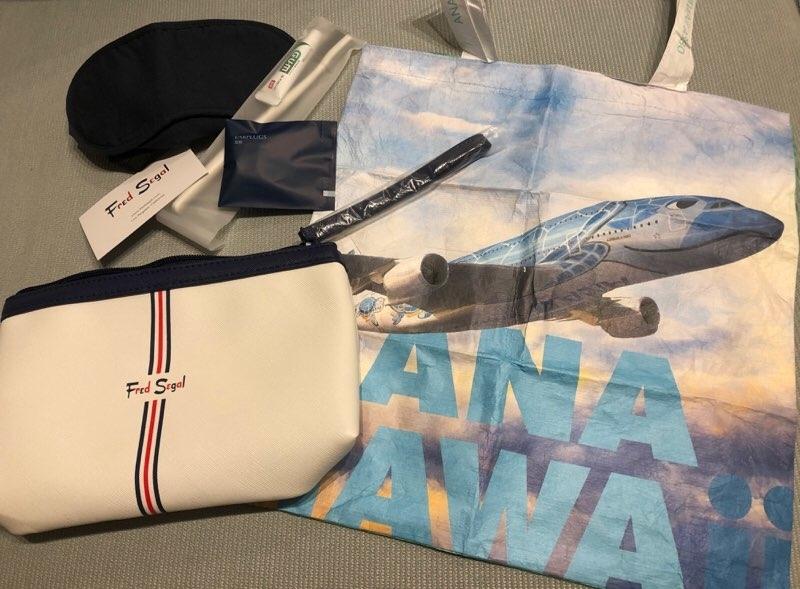 ANAハワイ便のA380のビジネスクラス席のアメニティ