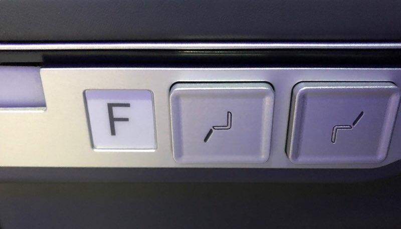 ANAハワイ便のA380プレミアムエコノミー席のリクライニングボタン