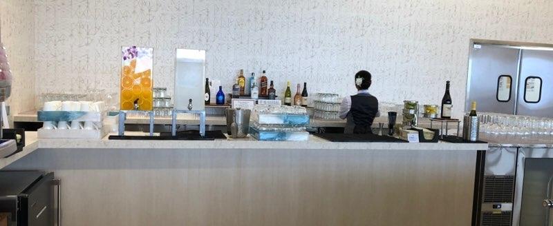 ホノルル空港のANAラウンジのバーコーナー