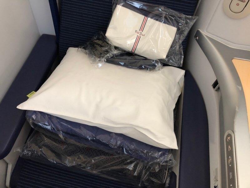 ANAホノルル線のビジネスクラスのアメニティと寝具