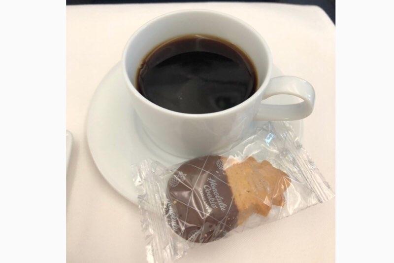 ANAホノルル線のビジネスクラスの機内食後のコーヒーとクッキー